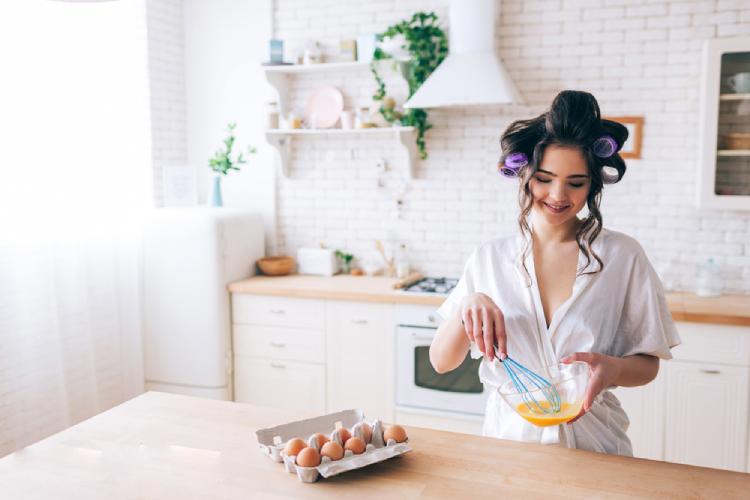 Phục hồi tóc hư tổn bằng trứng gà và hành tươi